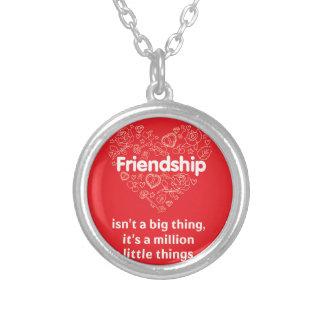 """De """"vriendschap is miljoen"""" citaat ontworpen ketting rond hangertje"""