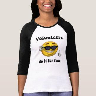 De vrijwilligers doen kostenloos het t shirt