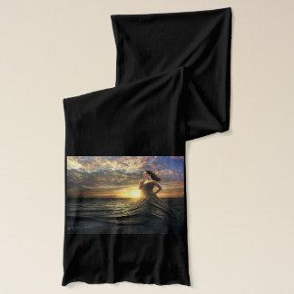 De vrouw draagt de Oceaan als Kleding Sjaal