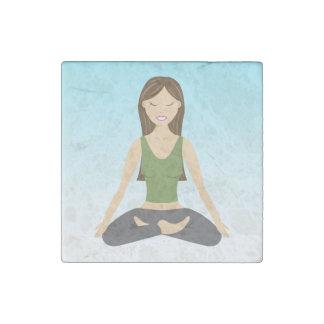 De Vrouw van de yoga in Lotus stelt Stenen Magneet