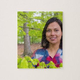 De vrouw van het portret met groene bladeren in de puzzel