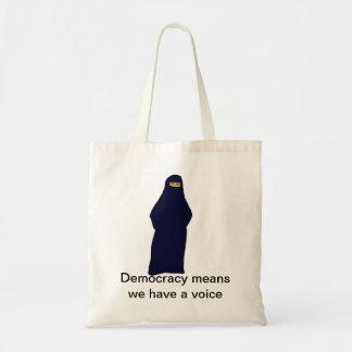 de vrouwen in abaya kleuren, de middelen van de draagtas