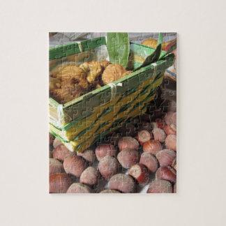 De vruchten van de herfst met hazelnoten en droge legpuzzel
