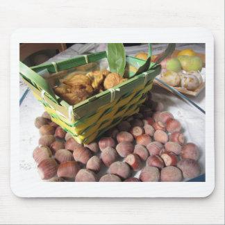 De vruchten van de herfst met hazelnoten en droge muismat