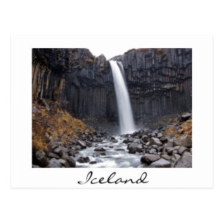 De waterval van Svartifoss in het witte briefkaart