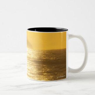 De weg van de zon [bezinningen] van lage avondzon tweekleurige koffiemok