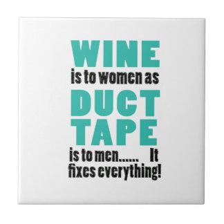 De wijn is aan vrouwen aangezien de buisband aan tegeltje
