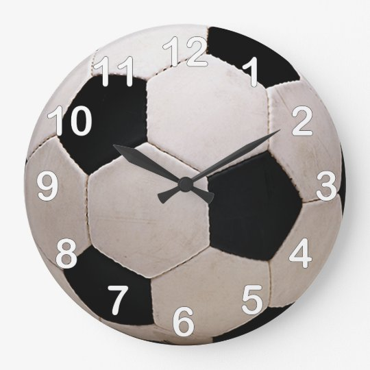 De witte en zwarte bal van het voetbal ronde klok large zazzle - Sterke witte werpen en de bal ...