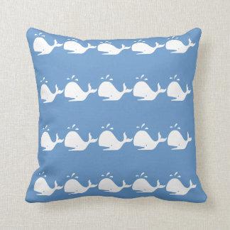de witte walvis van de CARTOON op blauw Sierkussen