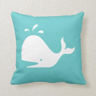 de witte walvis van de CARTOON op blauwgroen blauw Sierkussen