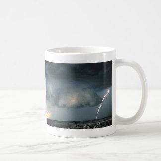 De wolk van de muur met bliksem koffiemok