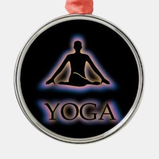 De yoga stelt het gloeien in donkere het zilverkleurig rond ornament