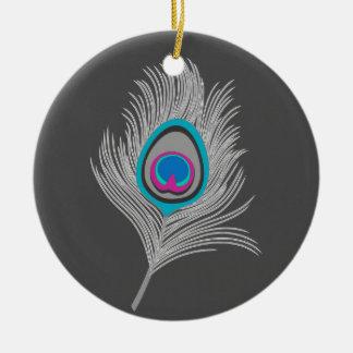 De zilveren Grijze/Grijze Veer van de Pauw op Rond Keramisch Ornament