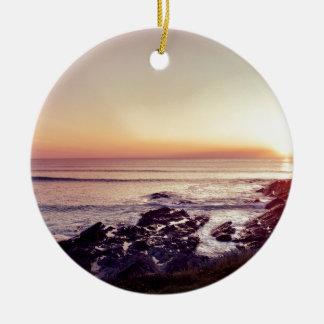 De Zonsondergang van het Strand van Fistral Rond Keramisch Ornament