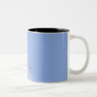 De Zwanen die van Whooper in de hemel vliegen Tweekleurige Koffiemok