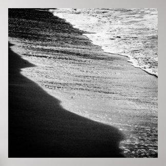 De zwarte golven wassen de kust poster