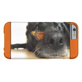 De zwarte Hond van het Laboratorium met Vlinder Barely There iPhone 6 Hoesje