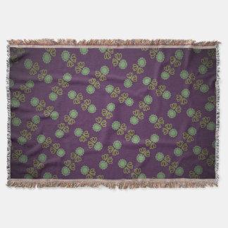 Dekking aan franges met bloem op pourpre deken