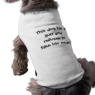 Deze hond heeft een pistool en weigert om zijn med shirt