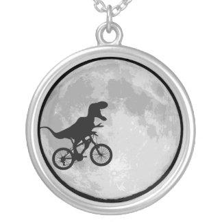 Dinosaurus op een fietsmaan zilver vergulden ketting