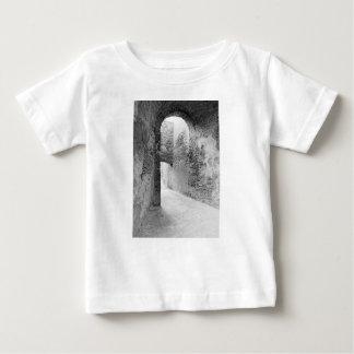 Donkere gangen van een oude vestingwerkstructuur baby t shirts