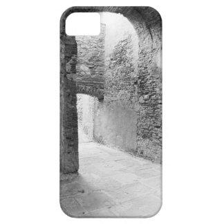 Donkere gangen van een oude vestingwerkstructuur barely there iPhone 5 hoesje