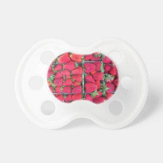 Dozen die met rode aardbeien worden gevuld fopspenen