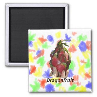Dragonfruit in vingers met tekstfoto wordt gehoude magneet