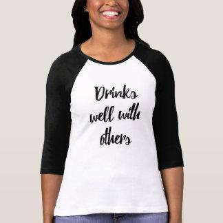 Dranken goed met anderen het overhemd van grappige t shirt