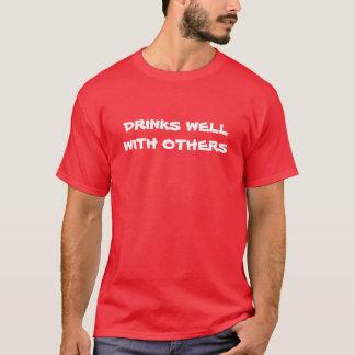 """""""Dranken goed met anderen"""" t-shirt"""