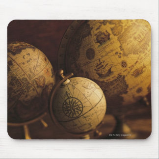Drie antiek wereldbollen muismat