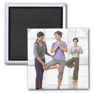 Drie vrouwen die yoga uitoefenen magneet