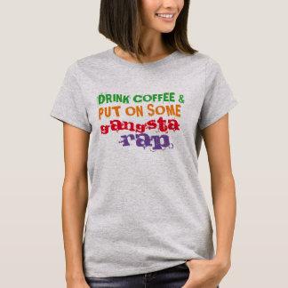drink koffie en zet op één of ander grappig t shirt