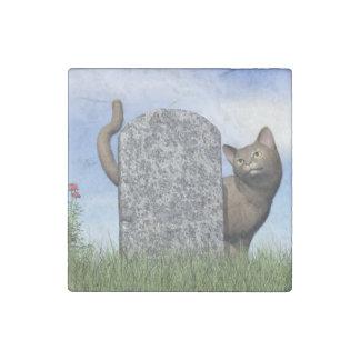 Droevige kat dichtbij grafsteen stenen magneet