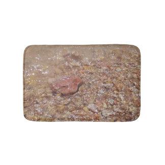 Duidelijk water over stenen badmat