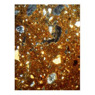 Dunne sectie van een baksteen onder de microscoop briefkaart