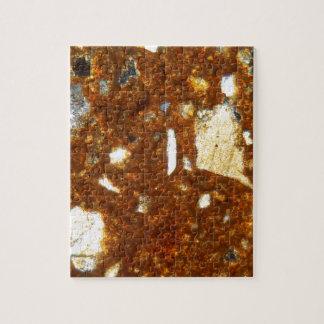 Dunne sectie van een baksteen onder de microscoop puzzel