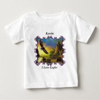 Eagle dat over het landschap vliegt baby t shirts