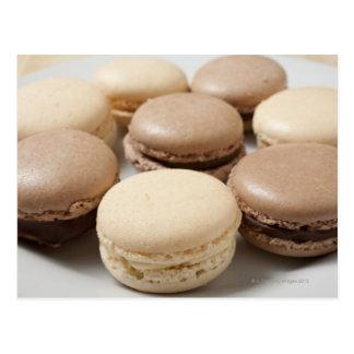 Een bord van Chocolade en Vanille Macarons, Briefkaart