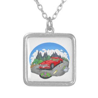 Een cartoonillustratie van een auto zilver vergulden ketting