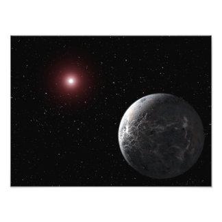 Een ijzige/rotsachtige planeet die een schemerige foto afdrukken