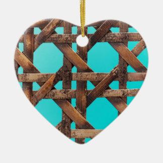 Een macrofoto van oud houten mandewerk keramisch hart ornament