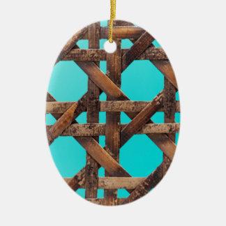 Een macrofoto van oud houten mandewerk keramisch ovaal ornament