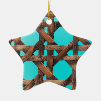 Een macrofoto van oud houten mandewerk keramisch ster ornament