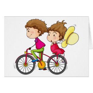 Een meisje en een jongen die in een snel bewegende wenskaart
