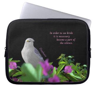 Een noordelijke het Bespotten Vogel met Paarse & Laptop Sleeve