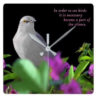 Een noordelijke het Bespotten Vogel met Paarse & Vierkante Klok