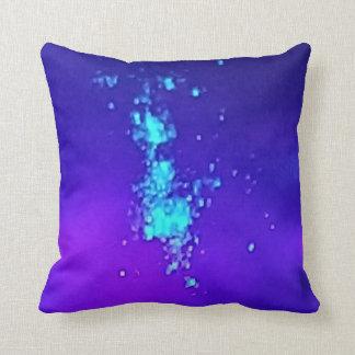 Een plons van Neon tegen Blauwe Lavendel Hombre Sierkussen