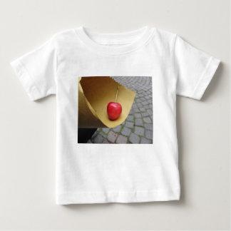 Één rode kers op het document van het strovoedsel baby t shirts