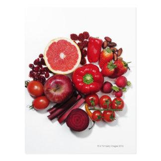 Een selectie van rode vruchten & groenten briefkaart